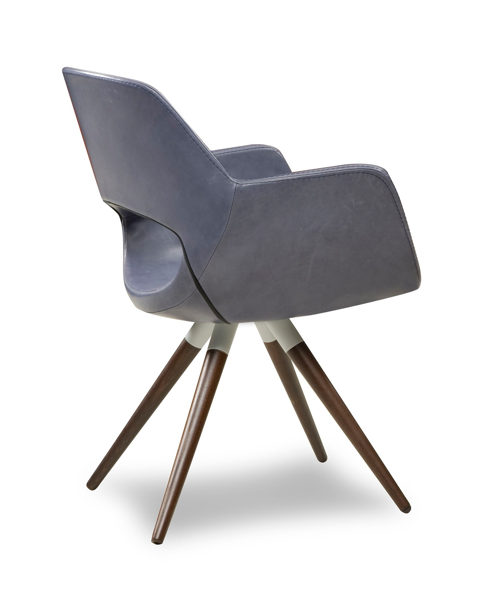eetstoel-karin-houten-poot-hout-spijlpoot-eikenhout-beukenhout-kuipstoel-stoel-eetkamerstoel-open-rugleuning-rug-armstoel-armleuning-kuip-leder-leer-stof-ancora-design-stoel
