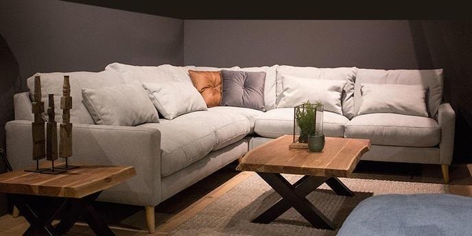 hoekbank-loungebank-loungehoek-bankstel-hoek-grote-bank-sofa-gino-urbansofa-urban-houten-ronde-poot-smalle-armleuning-dikke-kussens-stof-leer-elegant-sierlijk
