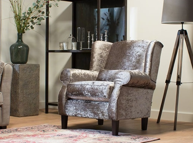 fauteuil-chelsey-armstoel-urban-stofa-zilver-glimmend-houten-poot-chique