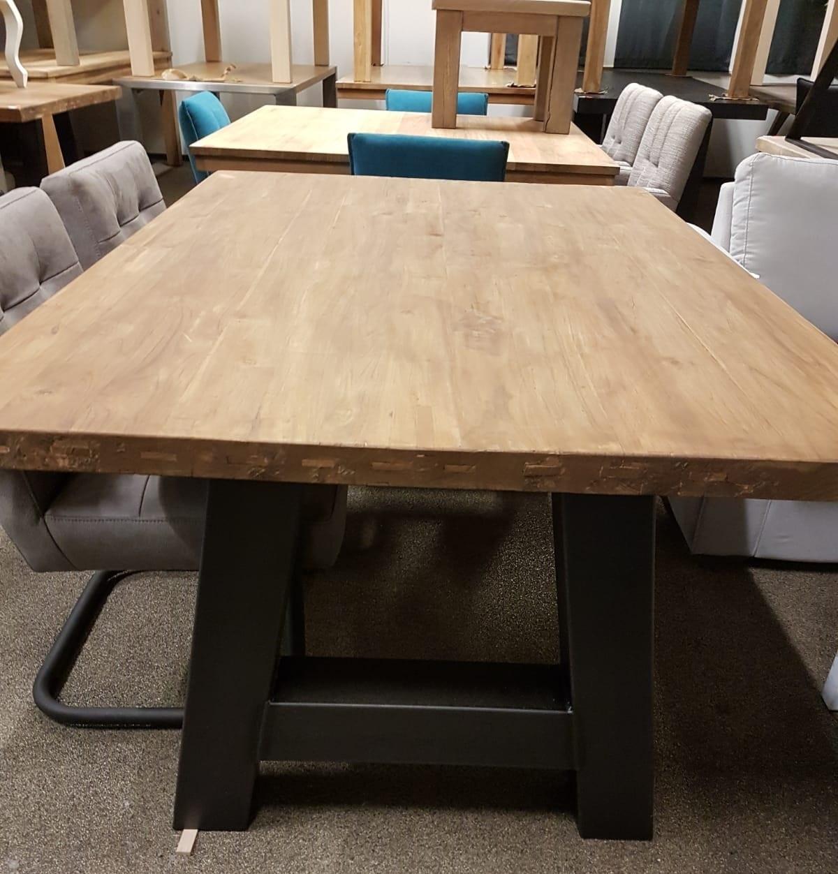 Showmodel 17 teakhouten tafel 180 cm
