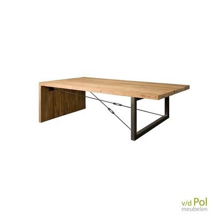 Lucca salontafel van 135cm van teakhout en metaal staat mooi in een industrieel interieur