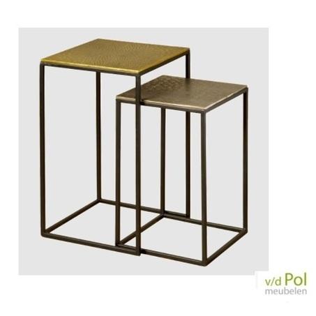 Set industriële bijzettafels met vierkant goud en tin kleurig blad met gegraveerd motief en zwart metalen frame.